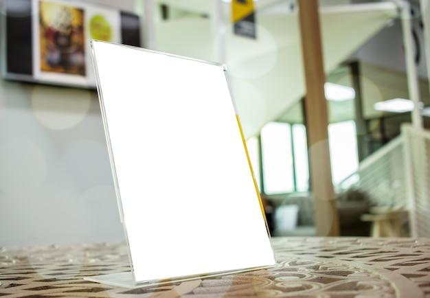白いモックアップバーレストランのカフェで空白のメニュー枠のラベルを貼ります。