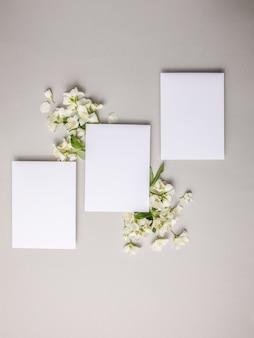 회색 배경에 부착된 신선한 천연 재스민 꽃으로 조롱하고 공간을 복사합니다.