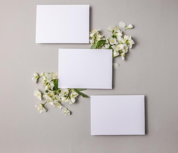 灰色の背景、コピースペースに添付された天然の新鮮なジャスミンの花でモックアップします。