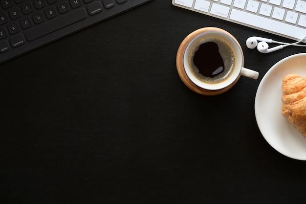 Макет рабочего пространства кофе, ноутбук и копирование пространства