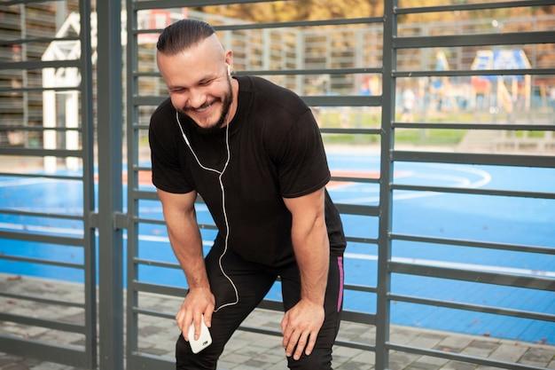 Макет молодой спортивный с мобильником в руке