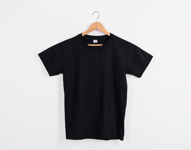 흰색 배경에 격리된 광고를 위한 빈 검은색 티셔츠를 흉내냅니다.