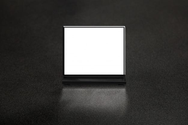 Restuarant의 테이블에 모형 빈 메뉴 프레임