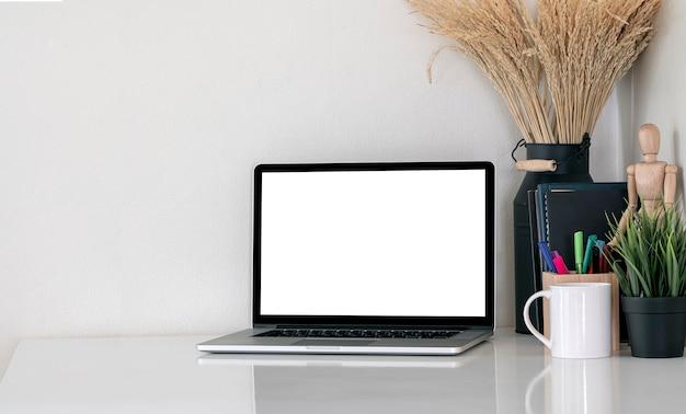 Макет пустой экран портативный компьютер на белом столе.