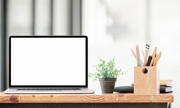 Ноутбук пустой экран макета на деревянном столе в гостиной.
