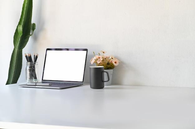 Mockup blank screen laptop on table