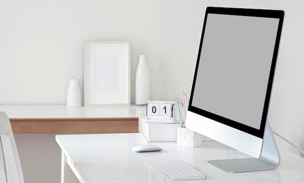 흰색 테이블에 빈 화면 모니터를 흉내냅니다.