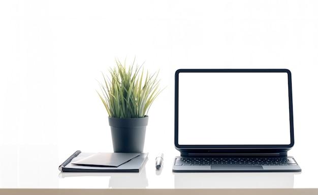 Таблетка пустого экрана макета на столе, изолированном на белой предпосылке.