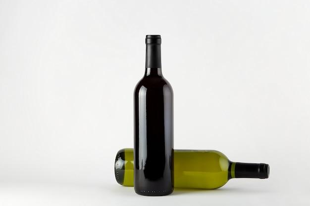 モックアップ。白い背景で隔離のさまざまな種類のワインのボトル。
