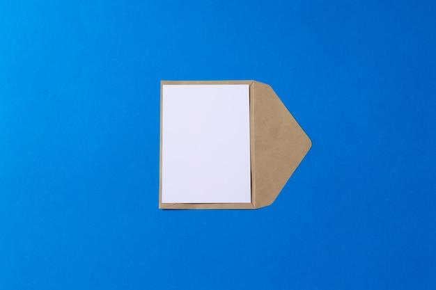 빈 흰색 카드 이랑 갈색 크 라프 트 봉투 문서