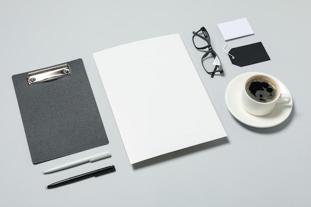 明るい灰色の背景、テキスト用のスペースにモックアップビジネスブランドテンプレート