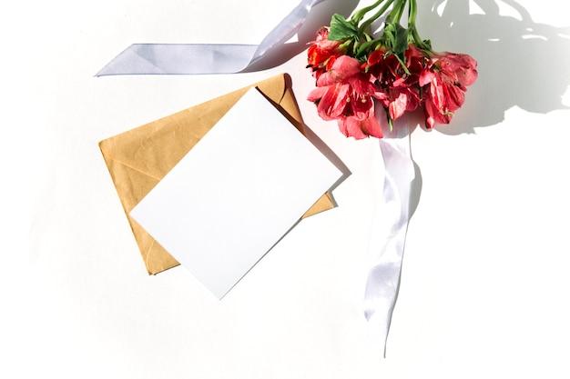 白い背景の上のモックアップカードと花