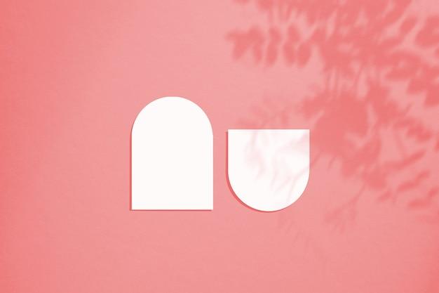 Мокап карты в минималистичном стиле. заготовка овальной формы с закругленными краями. идеально подходит для свадебного приглашения и поздравительной открытки.