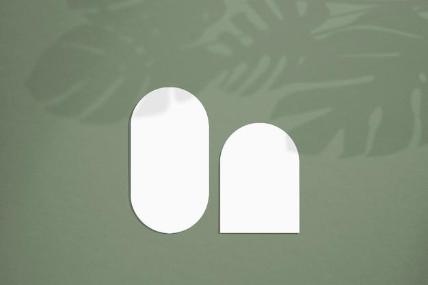 ミニマルなスタイルのモックアップ カード。丸みを帯びたエッジを持つ空白の楕円形。結婚式の招待状やグリーティング カードに最適です。