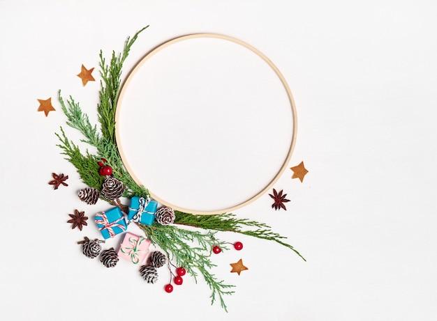 モックアップクリスマスグリーティングカード、あなたのテキストのための場所とフラットレイ。