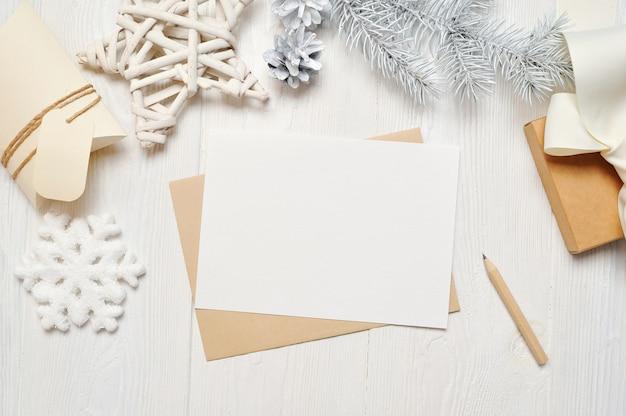 Макет рождественская открытка письмо в конверте с белым деревом