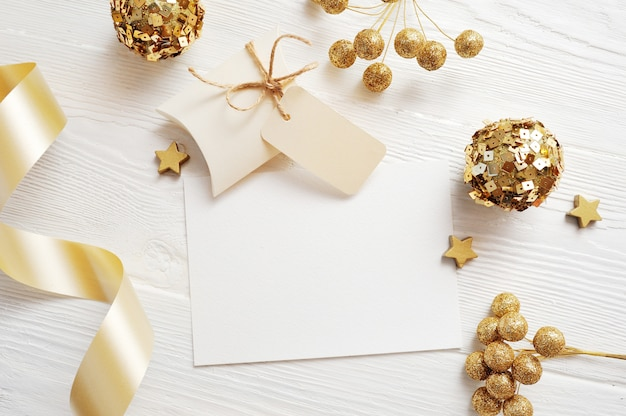 Mockup christmas greeting card top view and gold ball