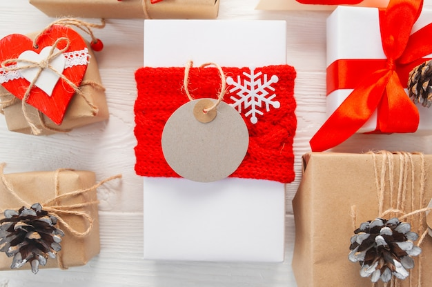 Mockup christmas kraft gift boxes with tag on wooden
