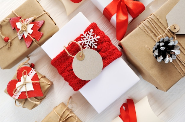 Mockup christmas red gift box and tag with blank paper label
