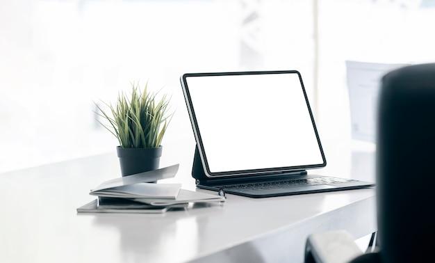 Макет компьютерных устройств, принадлежностей и украшений на белом столе.
