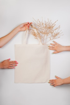 목화 면 수제 에코 쇼핑백을 손으로 만든 흰색 가방에 spr이 있는 흰색 격리된 배경에 만들어졌습니다.