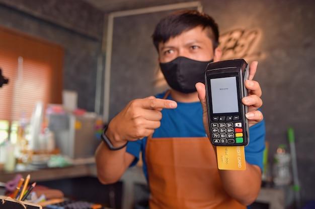 Мокап машины для кредитных карт для оплаты денежных операций. момент оплаты кредитной картой через терминал. винтажный стиль