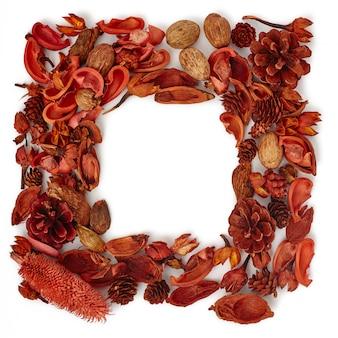 Макет декоративная рамка из леса из сухих цветов и сосновых шишек