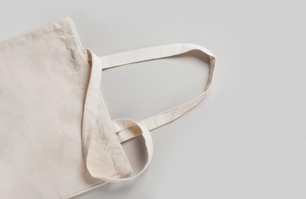 디자인을 위한 빈 템플릿 흰색 크림 쇼핑백, 친환경적이고 복사 공간이 있는 낭비가 없습니다. 미니멀리즘.