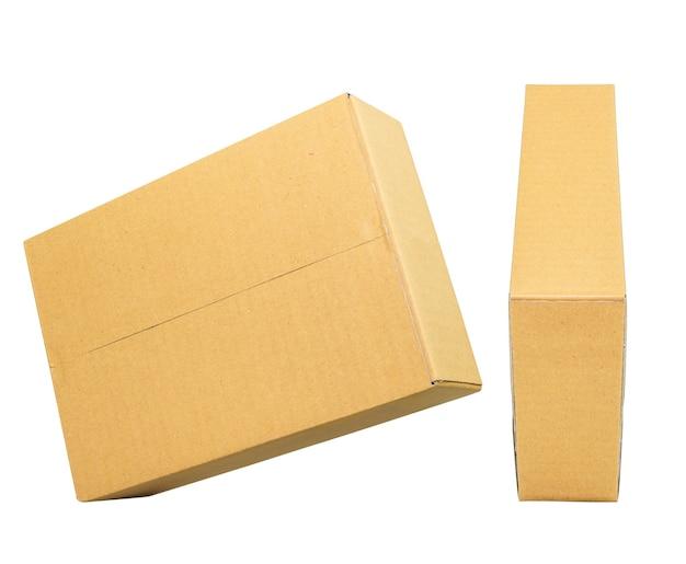 デザインのモックアップ。白い背景で隔離の閉じた茶色の段ボール箱