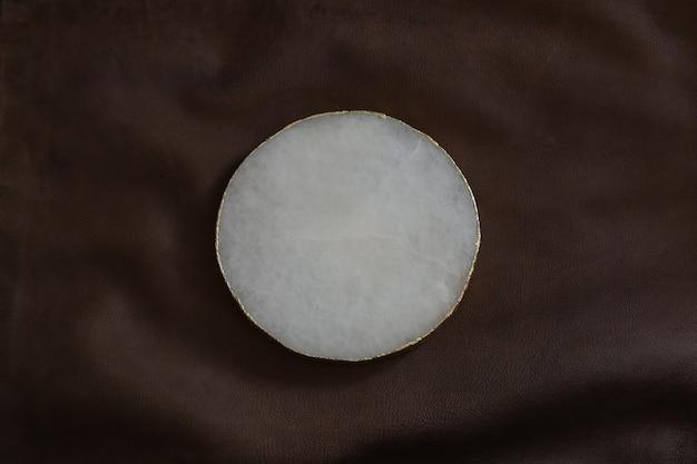 テキストまたはロゴのモックアップ。空き容量、コピー容量。ヴィンテージレザーの質感に白、丸い、大理石のフォルム。