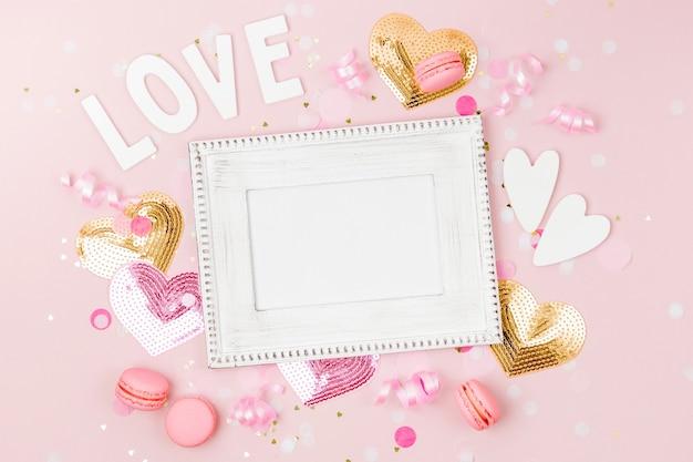 Рамка макета с конфетти и украшениями. концепция праздничного или дня рождения .. плоская планировка, вид сверху