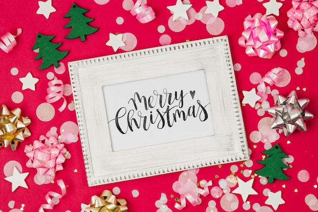Рамка макета с конфетти и украшениями. праздничная композиция для празднования нового года или рождества. плоская планировка, вид сверху