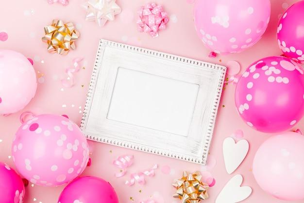 분홍색 풍선, 색종이 조각, 장식이 있는 모형 프레임. 축제 또는 생일 파티 개념 .. 평면 위치, 평면도