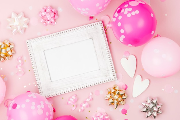 Рамка-макет с розовыми воздушными шарами, конфетти и украшениями. концепция праздничного или дня рождения .. плоская планировка, вид сверху