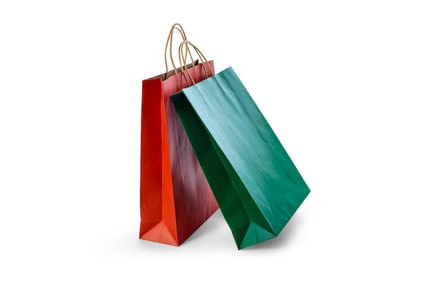 クリッピングパスと白い背景に分離されたカラフルな空白の紙の買い物袋のモックアップグループ