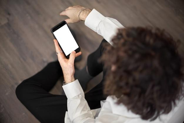 빈 화면이 흰색 휴대 전화를 들고 남자의 손의 모형 이미지