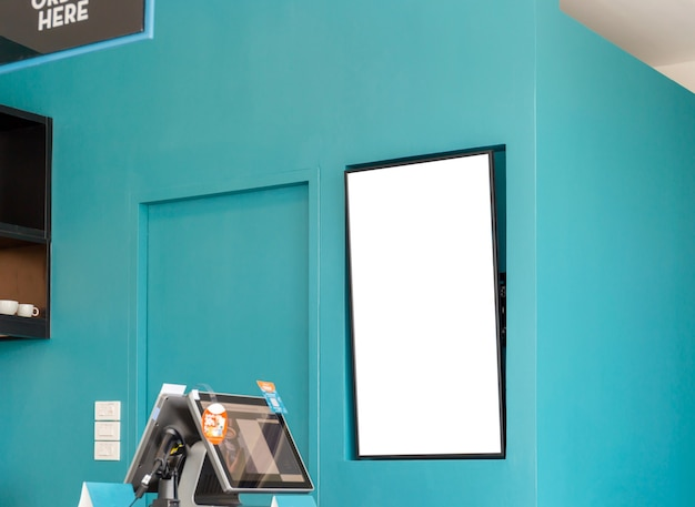 広告のためのコーヒーショップ内の空白の看板の白い画面のポスターのモックアップ画像
