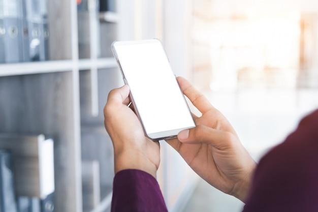 Макет изображение руки человека, проведение белый мобильный телефон.