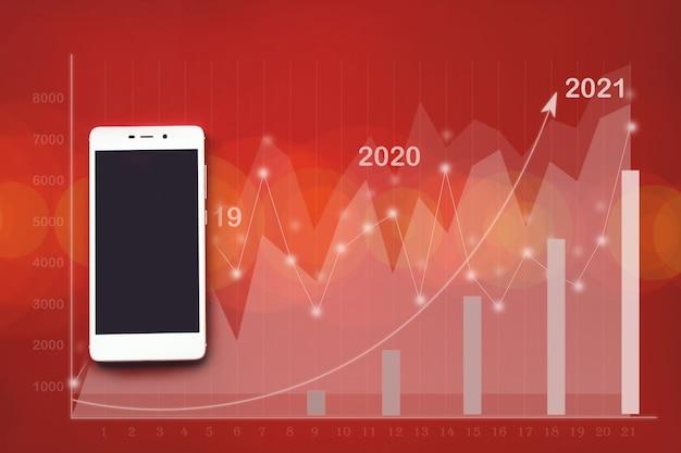 빨간색 배경 가상 홀로그램에 있는 흰색 휴대폰의 모형 이미지는 위쪽 화살표가 있는 통계, 그래프 및 차트입니다. 비즈니스 아이디어 및 모든 아트웍 디자인에 대한 트렌드 배경의 경제.