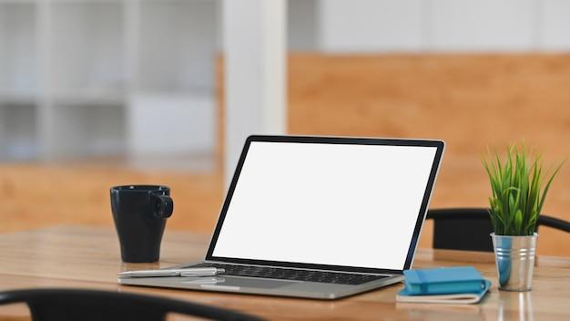 나무 테이블에 이랑 노트북 컴퓨터 빈 화면입니다.