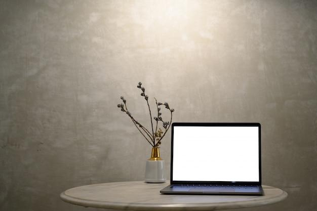 Макет ноутбук на мраморном столе.