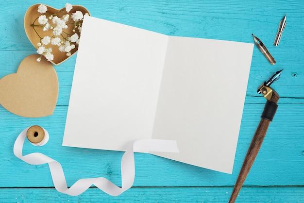 紙のハートのモックアップの手紙、グリーティングカードの花とクラフトボックス聖バレンタインの日