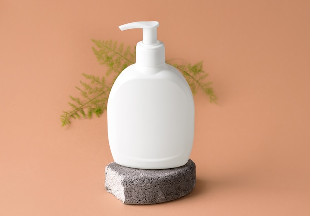 Мокап косметического продукта на сером камне. бежевый фон