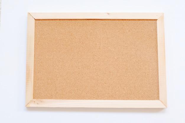 Макет пустой фоторамки на белом фоне, простой и минимальный стиль.