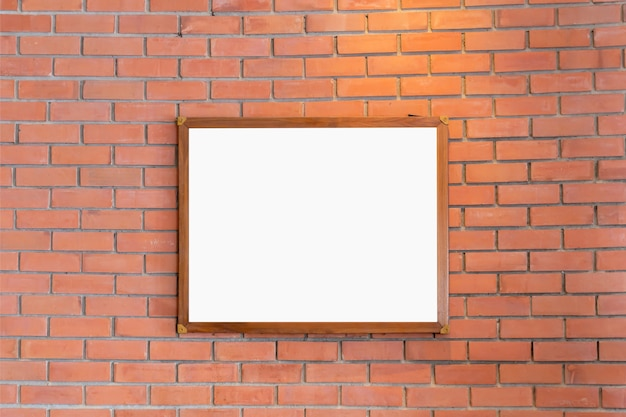 空白のフォトフレームのモックアップは、デザインのためにレンガの壁に表示されます