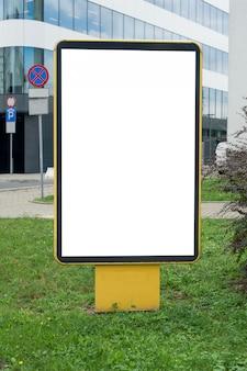 都市の空白の黄色の看板のモックアップ。テキスト、屋外広告、バナー、ポスター、または公開情報の場所。