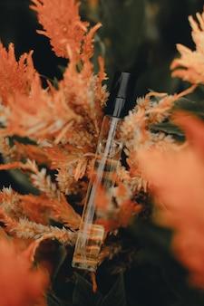 Мокап флаконов с духами на осенний сезонный экзотический цветок парфюмерия и ароматерапия