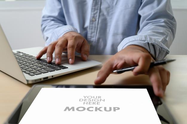 귀하의 광고 문자 메시지에 노트북 화면을 사용하는 비즈니스 사람의 모형