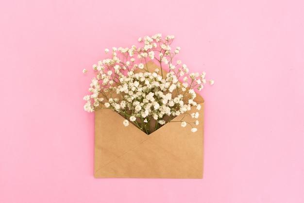 평면 위치 스타일에 파란색 배경 평면도에 봉투에 라든지 꽃 이랑
