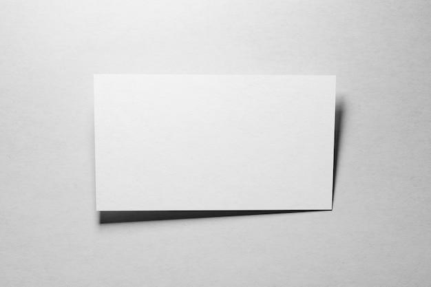 흰색 질감 종이 배경에서 하나의 명함 모형
